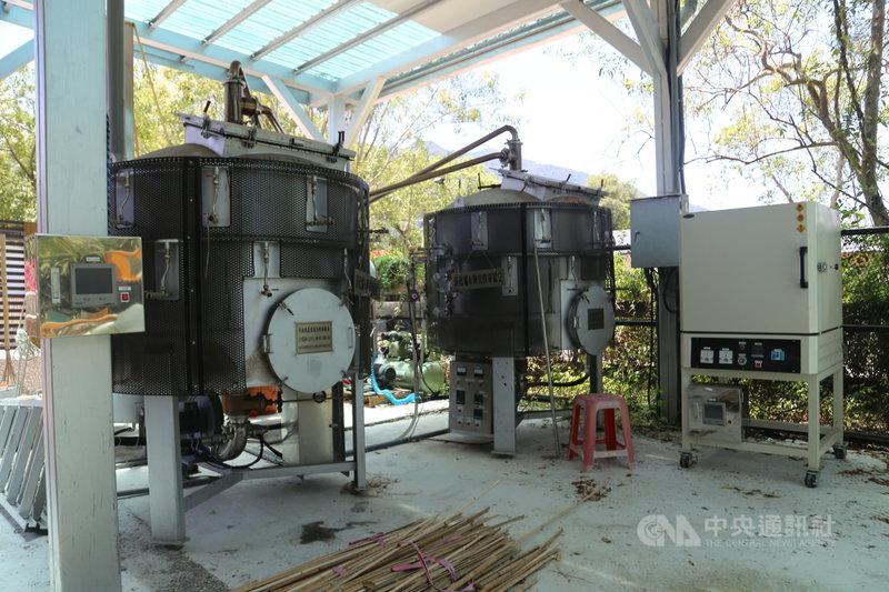 花蓮富里鄉羅山村內種有超過60公頃以上的竹林,過去曾是生產斗笠、竹筍、建材的產地,由於產業變化及人口外移,竹林早已任其生長而無管理。羅山社區尋求公部門協助,建置一套全台最大的社區型竹炭設備,可生產竹醋液等產品,讓竹林的使用有了新的方向。中央社記者李先鳳攝  110年8月4日
