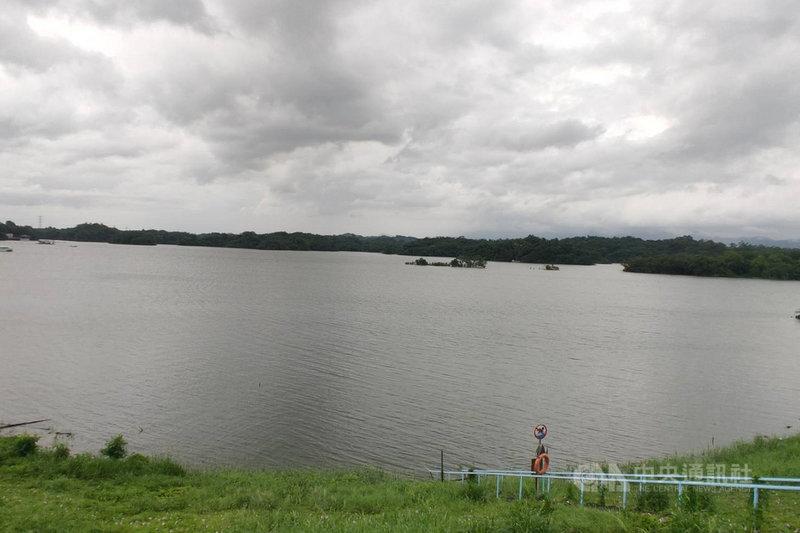 台南烏山頭水庫集水區近日降雨豐沛,3日晚間已達滿水位。中央社記者楊思瑞攝  110年8月4日