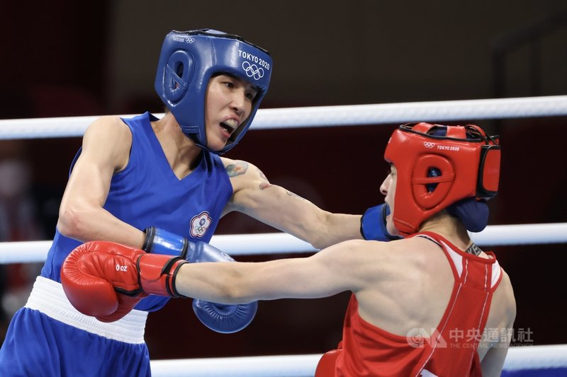 台灣拳擊好手黃筱雯(藍衣)4日在東京奧運女子拳擊51公斤量級4強準決賽迎戰土耳其選手,終場以0比5拿下銅牌。圖為黃筱雯左拳擊中對手。中央社記者吳家昇攝 110年8月4日
