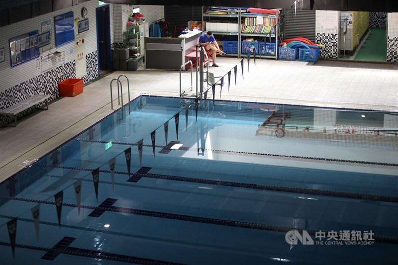 疫情指揮中心指揮官陳時中4日表示,9日之後二級警戒並無大幅變動的打算,僅針對個別問題解決,如游泳池將訂定相關指引開放。圖為南港運動中心游泳池畔。(中央社檔案照片)