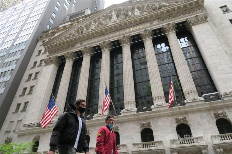 在蘋果和保健類股帶動下,美股3日收高,標普指數收在歷史高點。圖為紐約證券交易所。(中央社檔案照片)