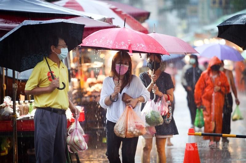 氣象局預估輕度颱風盧碧暴風圈5至7日最接近台灣,澎湖、金門、馬祖會有大風雨;中南部要嚴防颱風北上引進西南風帶來的豪雨。圖為北市民眾4日冒雨到傳統市場採買。中央社記者王騰毅攝 110年8月4日