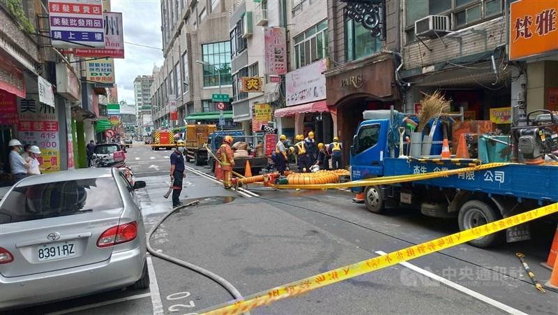 台中市中區一處地下涵洞4日發生工安意外,5名工人救出無生命跡象送醫。中央社記者蘇木春攝 110年8月4日