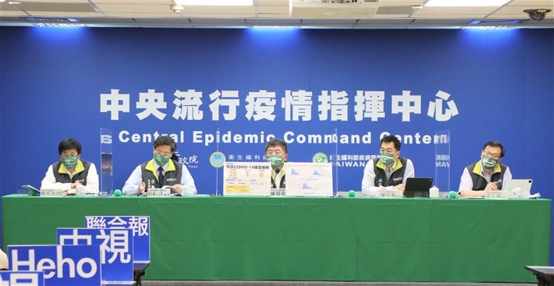 中華隊在東奧屢獲佳績,羽球球后戴資穎及奪金的羽球男雙「麟洋配」4日返台,指揮中心記者會中防疫五月天也戴上「台灣(TAIWAN)硬啦」口罩,迎英雄返台。(指揮中心提供)