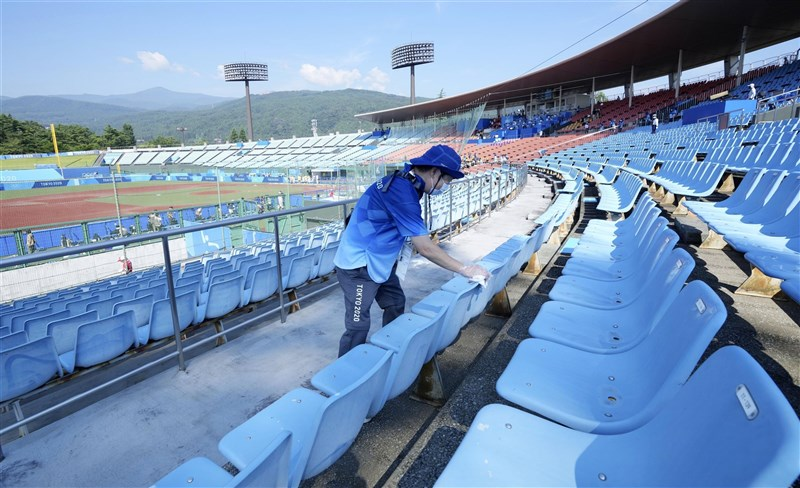 受到防疫規定影響,東京奧運拒絕大部分來自海外的志工,只有具備專業的人士才能獲選志工。圖為日本東京奧運志工協助清潔場館。(共同社)