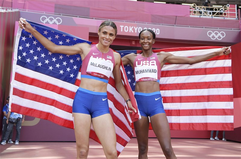 美國女將麥勞夫林(左)和同胞穆罕默德(右)4日在東京奧運400公尺跨欄「金包銀」,成績雙雙打破世界紀錄。(共同社)