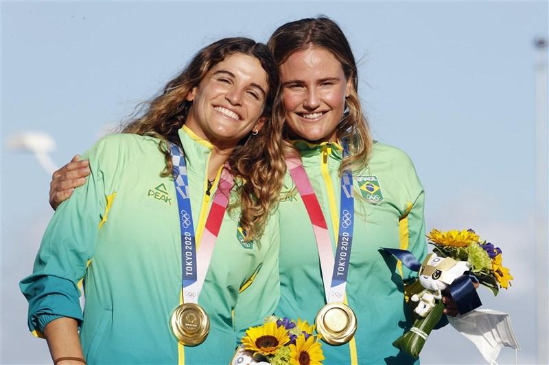 巴西女子帆船運動員組合瑪婷.格雷爾(左)和孔濟(右)2日在東京奧運帆船女子49er FX級衛冕成功。(共同社)