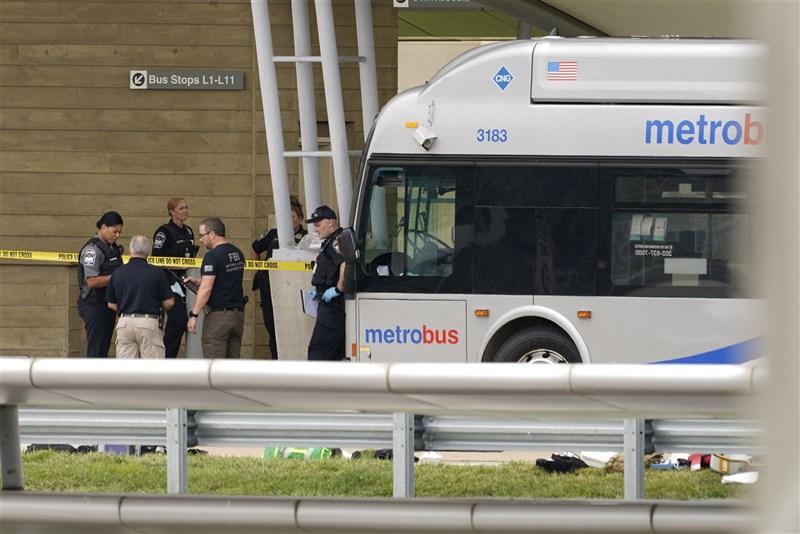 美國國防部表示,1名員警3日在五角大廈外的大眾運輸轉運中心遭到殺害。圖為警方查看現場。(美聯社)