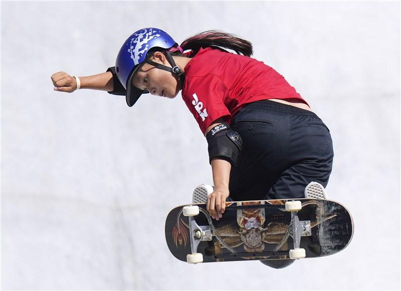 新增滑板賽事的東京奧運4日舉辦女子滑板公園賽,19歲的日本選手四十住櫻奪下金牌。(共同社)