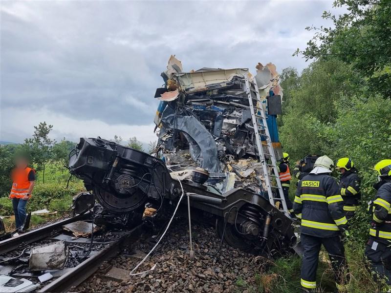 捷克共和國西南部一座村莊4日發生列車對撞事故,因為其中一列車未遵守交通號誌,撞上對向的區域列車,造成3人死亡,數十人受傷。(圖取自twitter.com/hzsplzen)