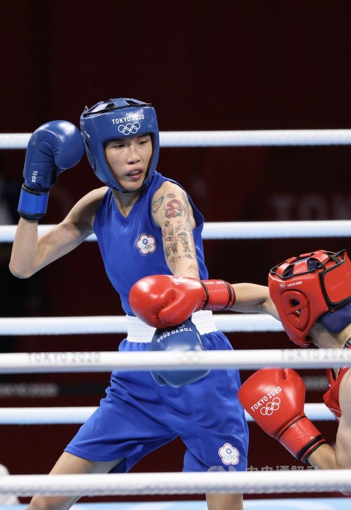 身高176公分的拳擊好手黃筱雯(藍衣)4日在女子拳擊51公斤量級4強準決賽迎戰土耳其好手,終場以0比5拿下銅牌。圖為黃筱雯展現長距離打法優勢,不讓對手近身。中央社記者吳家昇攝 110年8月4日
