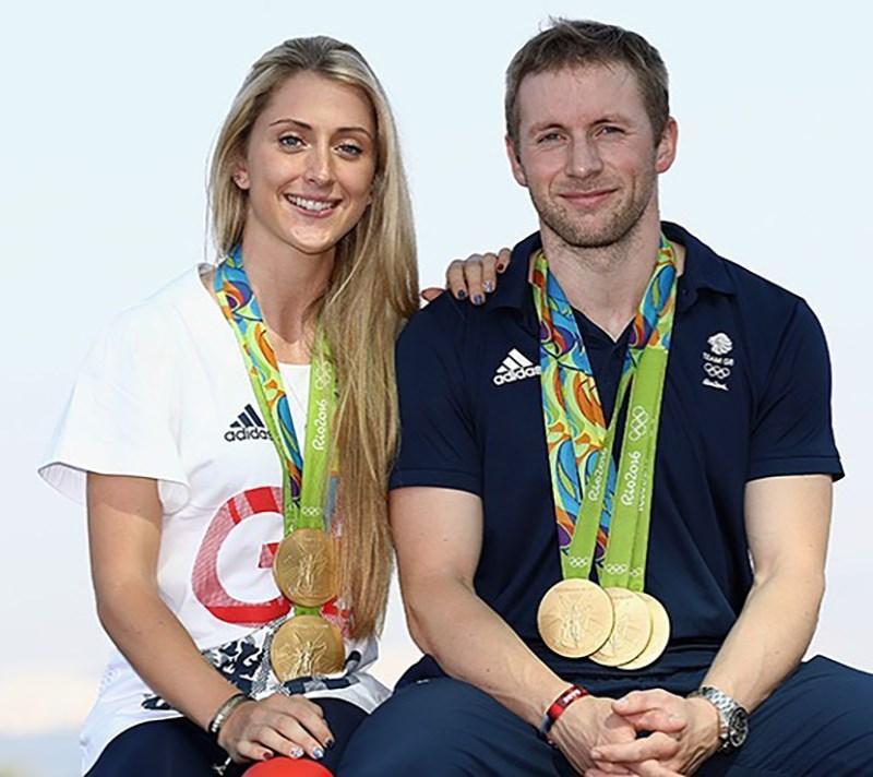 英國自由車代表隊中有一對「黃金夫婦」,傑森.肯尼(右)與妻子蘿拉(左),兩人在歷屆奧運共獲10面金牌,東奧將再繼續挑戰第11金。(圖取自facebook.com/laura.kenny.cbe)