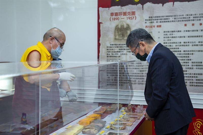 文化部長李永得(右)4日前往蒙藏文化館進行文物瞻禮,堪祖拉尊仁波切(左)介紹章嘉大師1949年攜帶來臺之文物。(文化部提供)