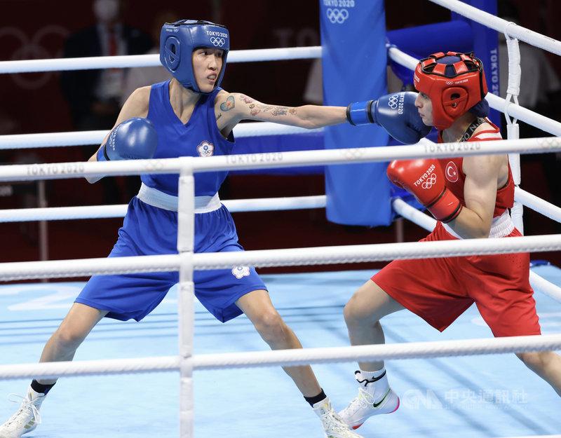 台灣拳擊女將黃筱雯(藍衣)4日在東京奧運女子拳擊51公斤量級4強賽,不敵世界排名第2的土耳其對手,獲得銅牌。圖為黃筱雯控制距離、刺拳攻擊對手。中央社記者吳家昇攝 110年8月4日