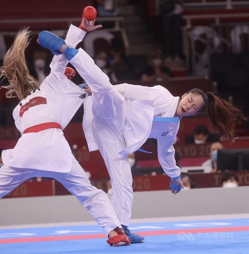 東京奧運空手道女子55公斤級4強戰5日晚間登場,台灣好手文姿云(右)與烏克蘭選手特里加(Anzhelika Terliuga)(左)上演精彩對決,終場經裁判判定由特里加勝出,文姿云獲得銅牌,這是台灣選手在奧運空手道項目的第一面獎牌,也是本屆奧運的第12面。中央社記者吳家昇攝 110年8月5日