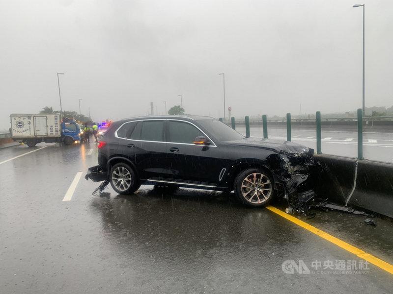 屏東縣國道3號北上410K處5日發生一起汽車擦撞車禍事故。連日下雨,屏東縣5天已發生3起車禍事故,造成1死3傷意外。(屏東消防局提供)中央社記者郭芷瑄傳真 110年8月5日