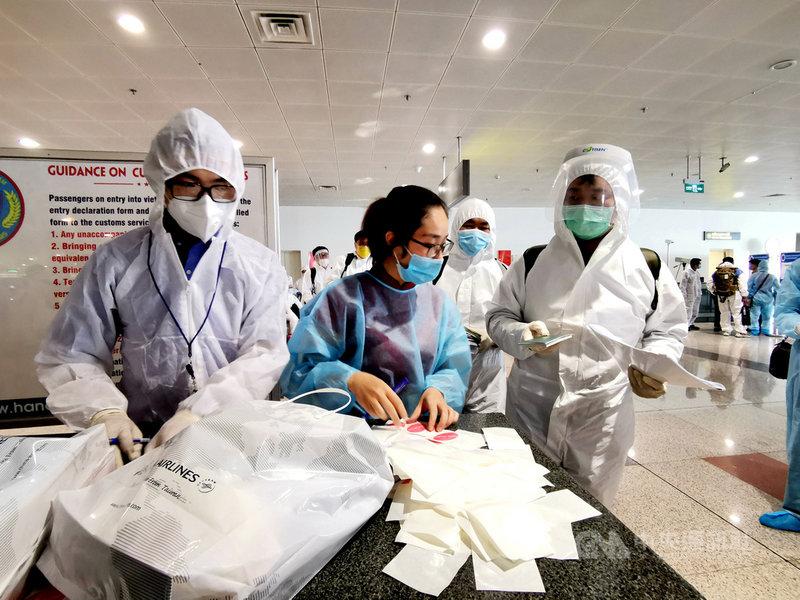 越南官方4日表示,接種足夠疫苗劑量的旅客入境越南只須隔離7天,但這項政策何時上路仍未有明確答案。圖為在COVID-19疫情期間入境越南的台灣旅客。中央社記者陳家倫河內攝 110年8月5日