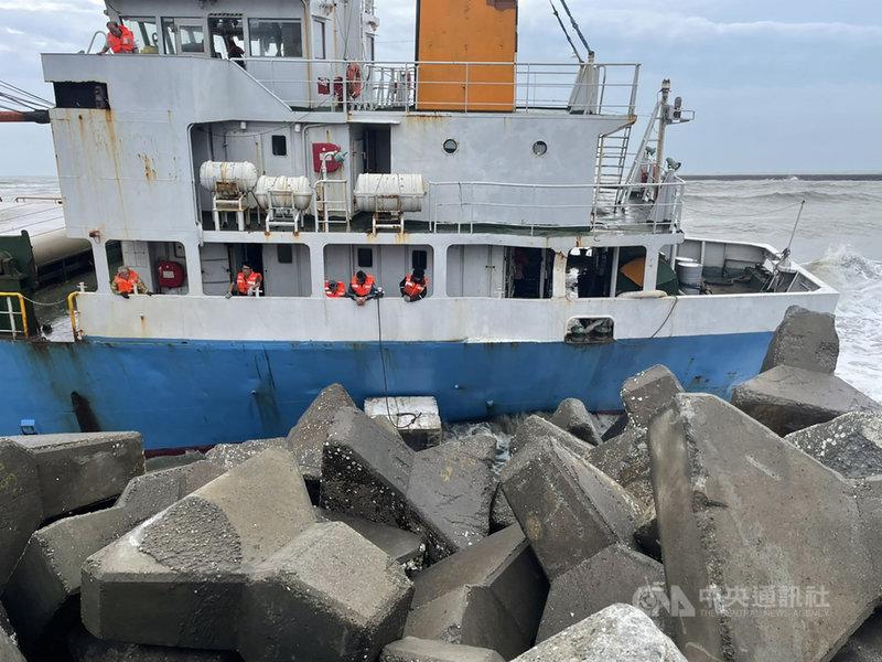 貨輪「山寶貳號」5日疑因盧碧颱風帶來的大浪,造成船舵斷裂,下午於布袋商港堤防外擱淺。海巡表示,下午5時前已依應變會議指示,完成攔油索布放,使用吊車運送碰墊放置船體與消波塊間,避免碰撞造成船體損壞漏油,也用吊車將船上9名船員救出。(海巡署提供)中央社記者蔡智明傳真  110年8月5日
