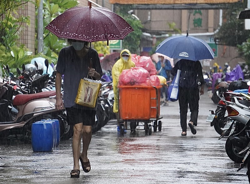 氣象局5日下午解除颱風盧碧海上警報,盧碧將慢慢由廣東進到福建,7、8日再進入台灣北部海面;6日中南部仍可能有大雨或豪雨。圖為5日高雄降下大雨。中央社記者董俊志攝 110年8月5日