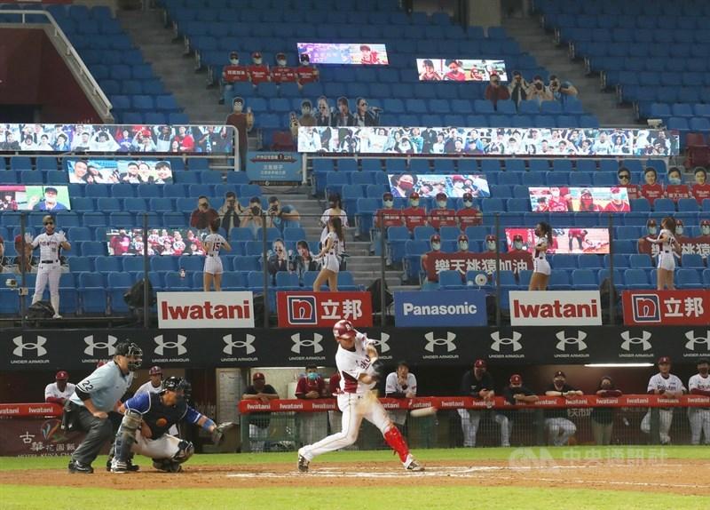 中華職棒聯盟5日宣布,疫情指揮中心核定7、8兩日賽事將試行開放1000名觀眾入場。圖為球隊啦啦隊7月27日在閉門賽場邊加油,觀眾席設有人形看板一起為選手應援。(中央社檔案照片)