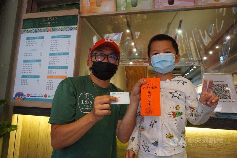 金門一條根特產業者與台灣品牌合作推出手搖杯飲料店,並配合開幕推出「尋找幸運兒」活動,暑假過後要升小一的小朋友身分證後4碼是1855,與業者創立年代「1855」一樣,幸運獲獎。孩童媽媽買了100杯手搖飲與醫護人員分享幸運。中央社記者黃慧敏攝 110年8月5日