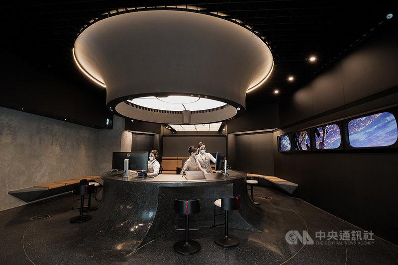 星宇航空原位於內湖的票務中心,搬到南京東路並結合星宇小舖,5日開張,門市以黑色為主調,呈現宇宙的靜謐感,希望突破端正規矩的票務中心印象,讓人有如進入太空艙般的驚喜。(星宇航空提供)中央社記者汪淑芬傳真 110年8月5日