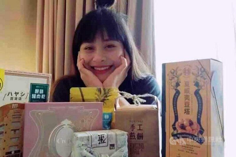 在東京奧運女子舉重49公斤級決賽獲得第4名的台灣女將方莞靈結束賽程返台,在防疫旅館收到台南市政府送上的家鄉美食組合,5日特別以自拍照表達開心。(台南市政府提供)中央社記者楊思瑞台南傳真  110年8月5日
