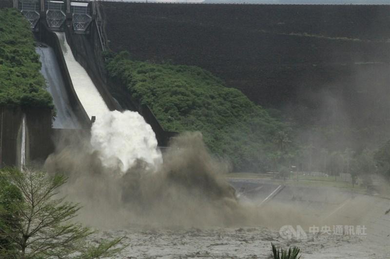 颱風烟花、盧碧及西南氣流鋒面帶來滂沱大雨,全台主要水庫進帳頗豐,並有8座水庫持續放水。圖為曾文水庫3日蓄水率超過9成,開啟閘門從溢洪道直接洩洪。(中央社檔案照片)