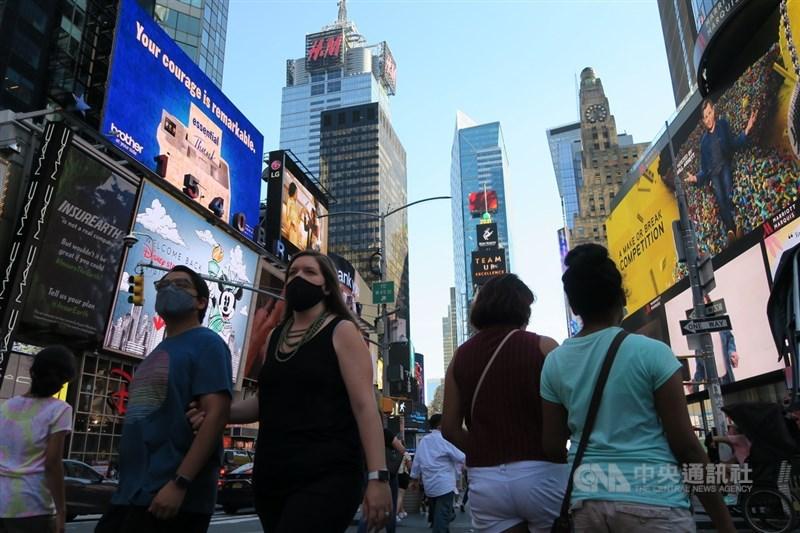 路透社統計顯示,全球COVID-19染疫總數4日突破2億大關。圖為美國紐約時報廣場遊客戴口罩防疫。(中央社檔案照片)