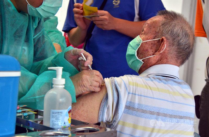 中央流行疫情指揮中心4日再配發COVID-19疫苗,台東縣僅配額300劑引熱議。立委劉櫂豪表示,有關老師疫苗專案,指揮中心依據縣府的造冊,尚未施打者僅剩244名老師,因此配撥量已足夠甚至超出。圖為長者接種疫苗。中央社記者盧太城台東攝 110年8月5日