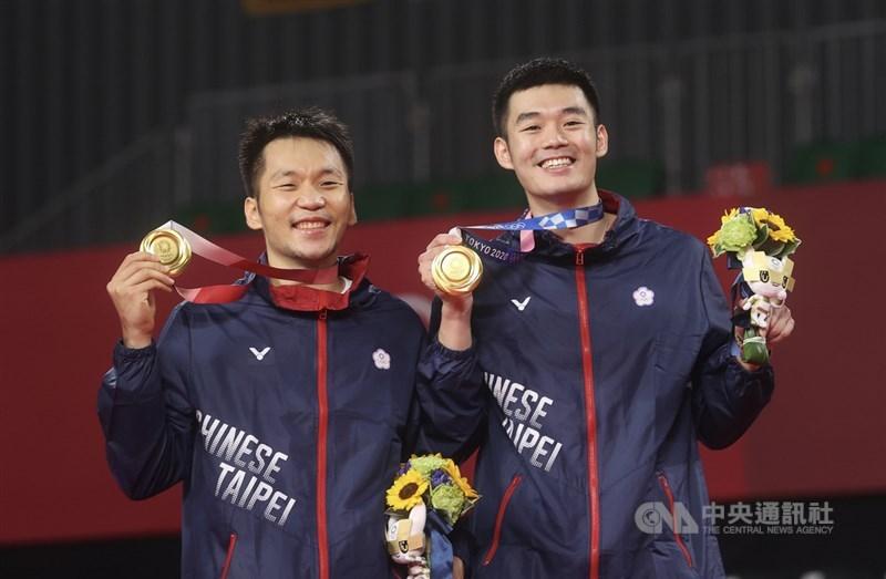 李洋(左)、王齊麟(右)在東京奧運拿下羽球男雙金牌,有網友發揮創意設計「終局線上」圖案,引發熱烈討論。(中央社檔案照片)