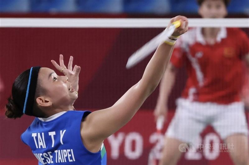 有網友質疑羽球球后戴資穎(前)在東京奧運金牌戰失誤過多,她截圖回應「站在場上的不是你,覺得我失誤太多,可以不要看我打球」。(中央社檔案照片)