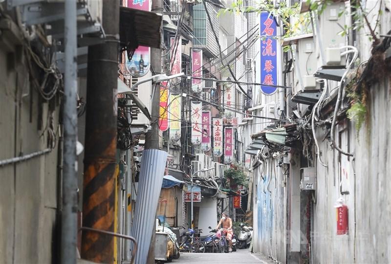 對於台北市政府討論萬華茶藝館分3階段復業,中央流行疫情指揮中心指揮官陳時中5日表示,八大行業目前不在開放之列。(中央社檔案照片)