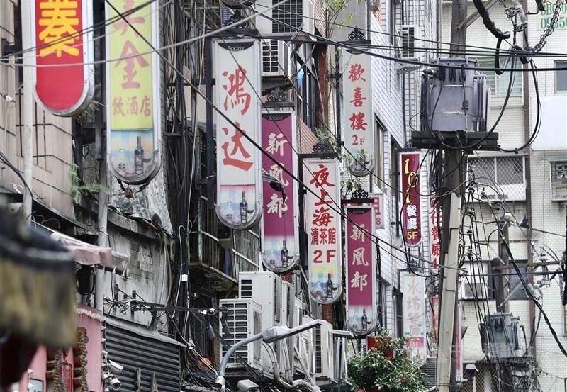 萬華區茶藝館自5月中旬爆發本土疫情停業至今,台北市將分3階段處理復業,貫徹「色情零容忍」。(中央社檔案照片)
