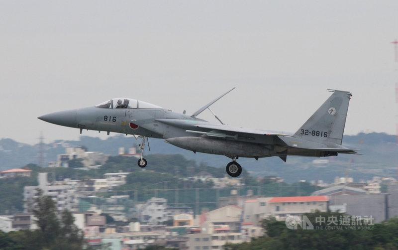 日本航空自衛隊升級改裝主力戰機F-15,原規劃將新增配備2種長程巡弋飛彈,但因費用較原本預估大幅增加,決定放棄其中一種反艦飛彈。圖為2018年那霸基地的日本自衛隊F-15戰機。中央社陳亦偉攝  110年8月5日