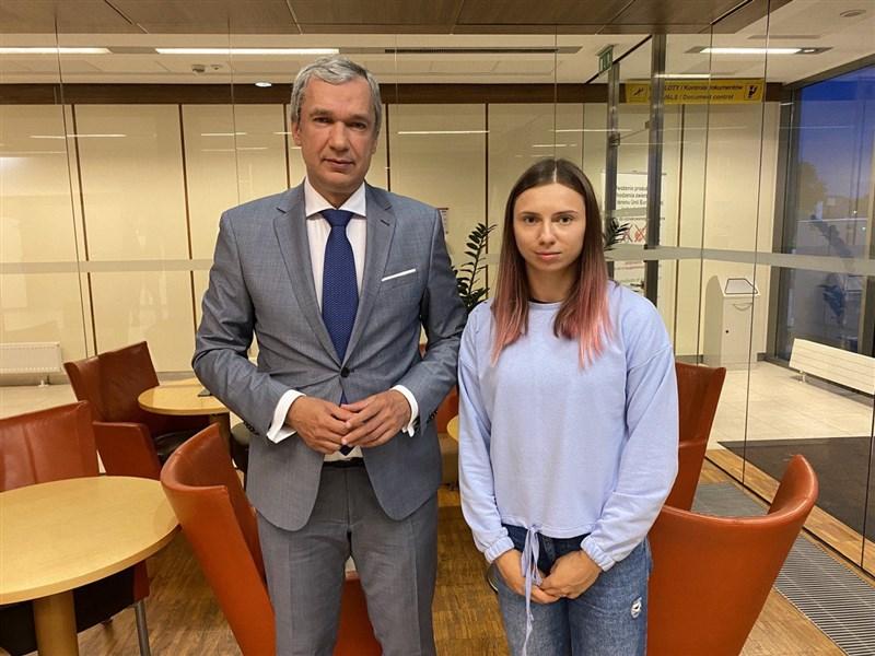白俄羅斯女子短跑選手齊瑪諾斯卡雅(右)4日抵達波蘭,她和白俄反對派人士拉圖什科(左)在機場會面,預料將在波蘭尋求庇護。(圖取自twitter.com/PavelLatushka)