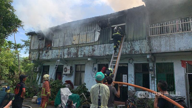新北市雙溪區一棟民宅5日上午8時許發生火警,警消獲報立即前往搶救,火勢已撲滅,但仍有一名10歲女童受困,持續搜救中。(民眾提供)中央社記者沈佩瑤傳真  110年8月5日
