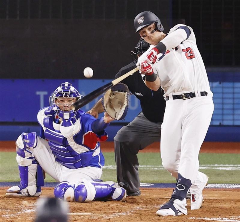 美國隊5日擊敗韓國,搶下東京奧運棒球賽金牌大戰門票。圖為美國奧斯汀(右)6局下擊出安打,帶有2分打點。(共同社)
