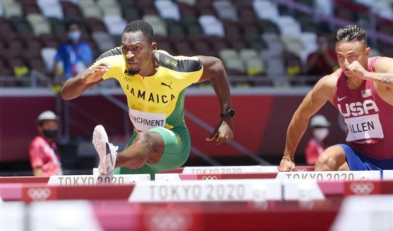 牙買加田徑好手帕奇曼(左)5日在東京奧運男子110公尺跨欄項目勇奪金牌。(共同社)