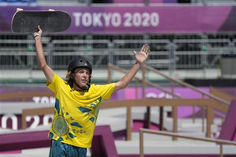 澳洲少年巴默5日在奧運首屆男子滑板公園賽決賽中拿下金牌。(美聯社)