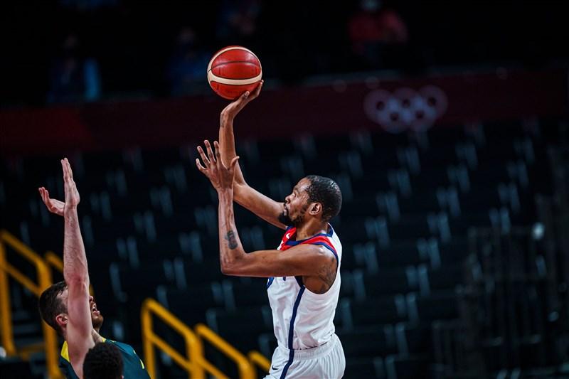 美國男籃隊5日靠著杜蘭特(中)與布克聯手拿下43分,最終以97比78擊敗澳洲挺進金牌戰。(圖取自twitter.com/usabasketball)