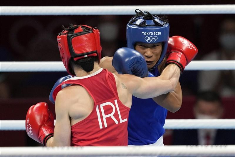 泰國選手蘇達彭(藍衣者)5日在奧運女子拳擊60公斤量級摘下銅牌,是泰國拳擊史上首位在奧運奪牌的女拳擊手。(美聯社)