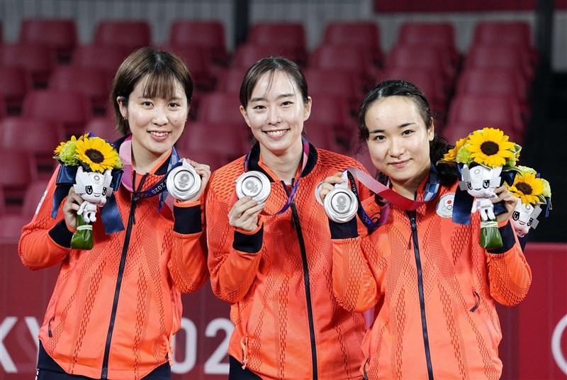 東京奧運女子桌球團體賽決賽5日由中國對決日本,最終日本抱銀、中國隊蟬聯金牌,參賽的伊藤美誠(右)在這屆奧運拿遍了金、銀、銅3色獎牌。(共同社)