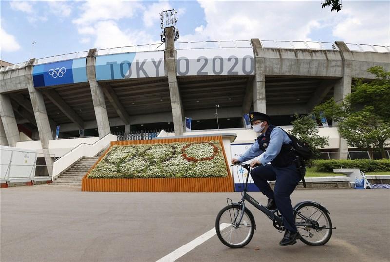 日本政府5日決定,將追加福島等8縣適用「防止蔓延等重點措施」。圖為7月20日福島縣立東體育館周邊的警察。(共同社)