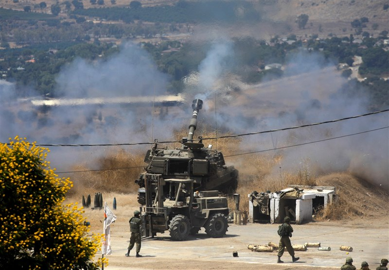 在連續兩天遭到越界火箭攻擊後,以色列空軍表示,5日對鄰國黎巴嫩展開7年以來的首次空襲。圖為以色列軍隊4日砲擊黎巴嫩城鎮。(法新社)