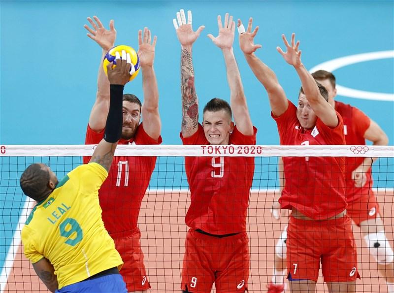 巴西男子排球隊5日在東京奧運準決賽以1比3輸給俄羅斯。圖為巴西球員發出攻勢,俄羅斯球員試圖阻擋。(共同社)