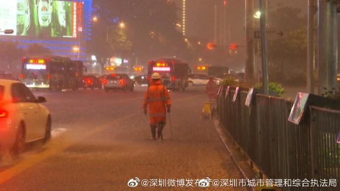 據深圳市城市管理和綜合執法局官方微博,受到颱風盧碧的影響,深圳4日晚間降下大雨,最大累計雨量109.6毫米。(圖取自深圳市城市管理和綜合執法局微博weibo.com)