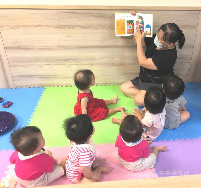 信誼基金會董事長張杏如5日表示,近期台灣忙著防疫,停課對孩童學習產生重大變化。為讓學習不中斷,閱讀和遊戲是最重要途徑,信誼針對不同年齡層孩童挑選適合書籍和遊具,讓兒少機構小朋友在這個漫長又不能出去玩的暑假中,仍能保有豐富而又創意的學習生活,並透過各縣市社會局聯繫,截至目前已贊助13所機構。(信誼基金會提供)中央社記者陳至中台北傳真  110年8月5日