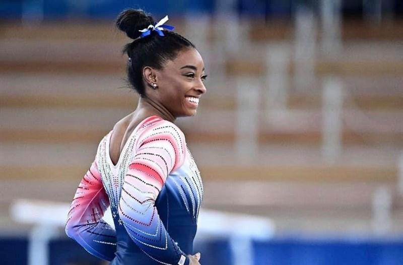 美國體操好手拜爾絲(圖)因心理問題退出東京奧運多項賽事後,3日重回平衡木比賽拿下銅牌。流行樂壇小天后泰勒絲在推特向拜爾絲致敬,大方坦承「看比賽看到哭」。(圖取自facebook.com/simonebiles)