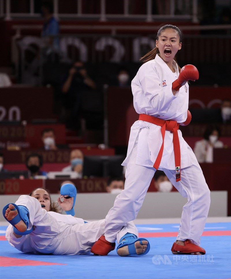 總統蔡英文5日晚間在臉書表示,文姿云(立者)拿下台灣史無前例的第一面空手道奧運獎牌,締造了新紀錄,大家都以她為榮。圖為文姿云循環賽首戰成功進攻。中央社記者吳家昇攝 110年8月5日